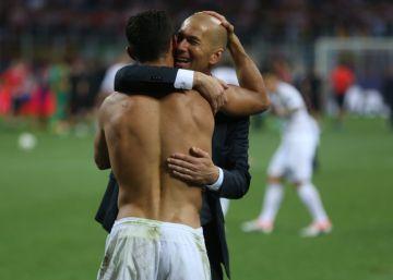 Zidane abraza a Cristiano Ronaldo después del penalti decisivo.