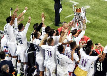 Los jugadores del Real Madrid levantan la Copa de Europa.