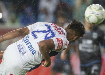 Franco Jara cabecea en el partido de ida de la final