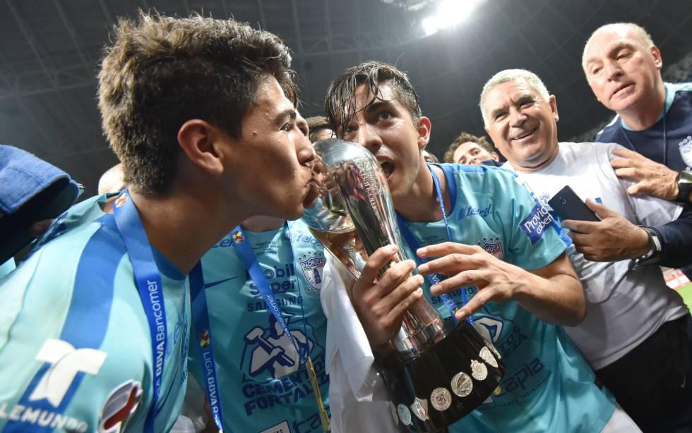Jugadores de Tuzos del Pachuca celebran su victoria en la final de la Liga MX.