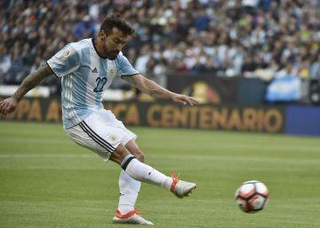 Lavezzi juega mientras calienta Messi