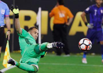 Ospina detiene el penalti a Trabuco.