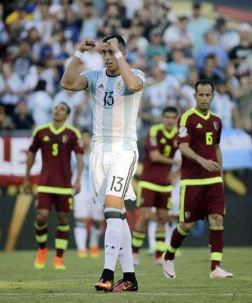 Peinado gardeliano y porte recio, a la medida del defensa argentino.