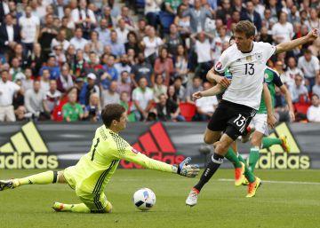 Müller juega, marca Gómez