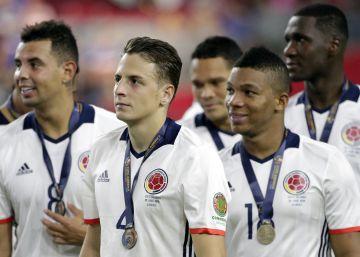 Jugadores colombianos lucen sus medallas tras su triunfo contra EE UU.