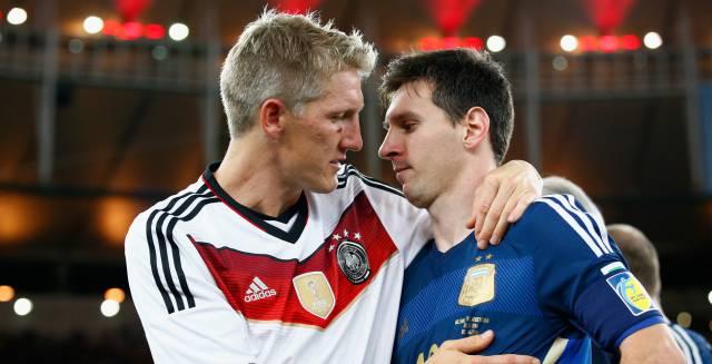 Schweinsteiger consuela a Messi.