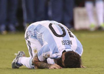 Lionel Messi lamenta el desvío de su penal ante Chile.