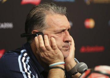 El Tata Martino renuncia en pleno caos del fútbol argentino