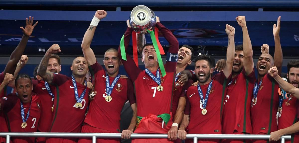 Cristiano alza el trofeo de la Eurocopa.