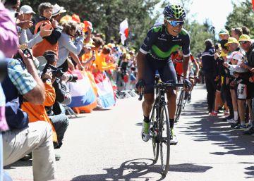 Nairo Quintana se agarró a una moto durante la subida al Mont Ventoux
