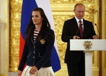 Putin y la saltadora Isinbáyeva, en el Kremlin.