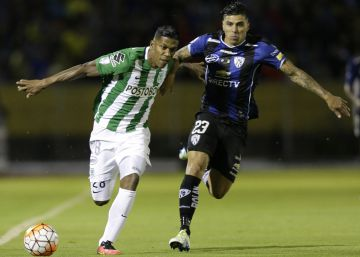 Orlando Berrío (i) y Emiliano Tellechea disputan el balónrn