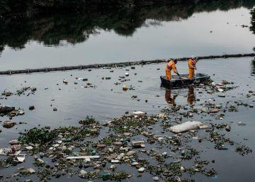 Los eco-barcos recogen los vertidos que se han colado por la barrera en la bahía de Guanabara.