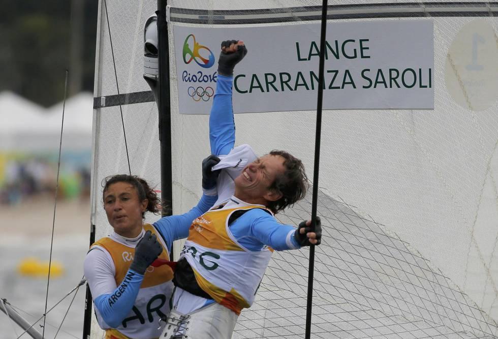 Santiago Lange y Cecilia Carranza celebran el oro para argentina en la clase Nacra 17.