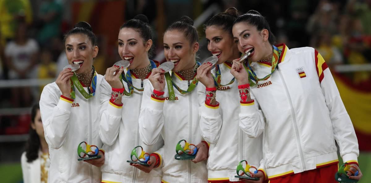 El conjunto español con la medalla de plata.