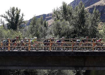 El pelotón de la Vuelta a España durante la etapa con final en el Alto del Naranco en Oviedo.