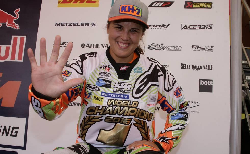 Laia Sanz celebra su quinto título mundial en enduro.