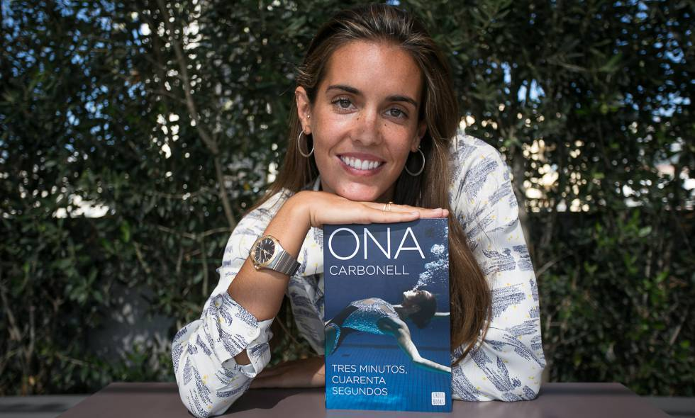 La nadadora de natación sincronizada, Ona Carbonell, presenta su libro Tres minutos, cuarenta segundos.
