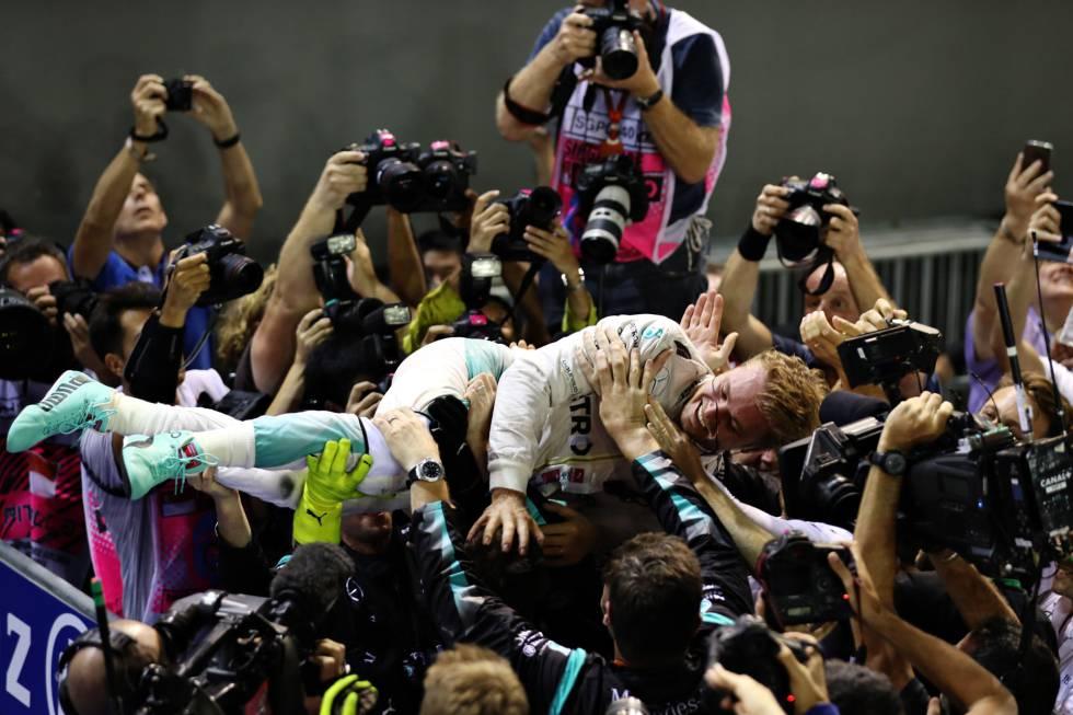 Rosberg celebra el triunfo en Singapur con su equipo.