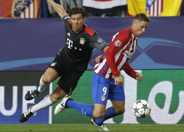 Fernando Torres embosca a Xabi Alonso