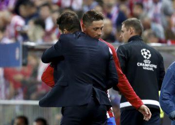 Simeone abraza a Torres.