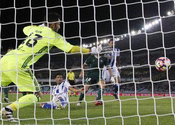 Carlos Vela marca ante el Real Betis.