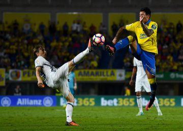 Luka Modric protege el balón ante Araujo contra Las Palmas.