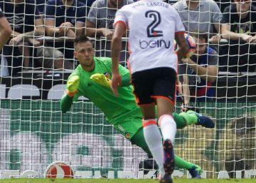 Solo Alves demora la victoria del Atlético (0-2)
