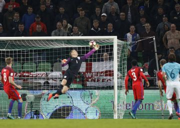 Hart sostiene a una Inglaterra sin fútbol