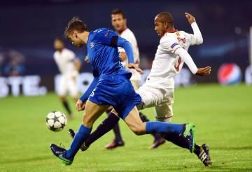 Mariano acosa a un futbolista del Dinamo Zagreb durante el partido de Liga de Campeones.