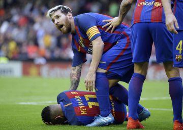 Neymar recibe un botellazo tras el tercer gol del Barça