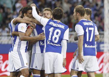 La Real Sociedad golea a un Alavés invisible