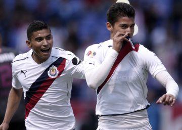 Orbelín Pineda y Ángel Zaldívar festejan un gol en la liga mexicana