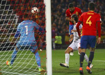 España golea a Macedonia con poco