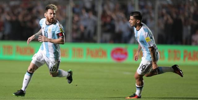Messi celebra el primer gol de Argentina junto a Banega.
