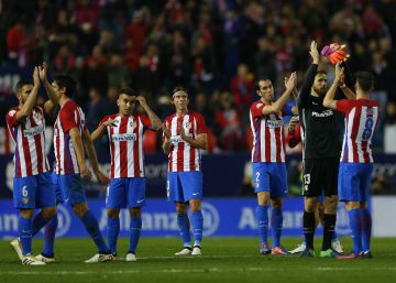 El Atlético gana y pasa como primero
