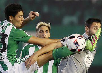 Sanabria da ventaja al Betis ante el Deportivo