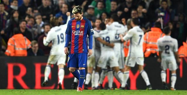 Messi mientras los jugadores del Real Madrid celebran el gol de Ramos.