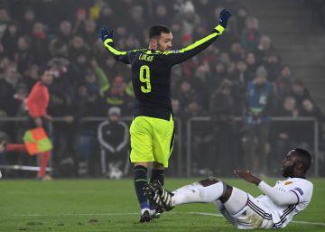 Lucas Pérez relanza al Arsenal con un triplete