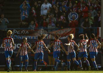 Sonia Bermúdez celebra con sus compañeras del Atlético su gol al Barça.