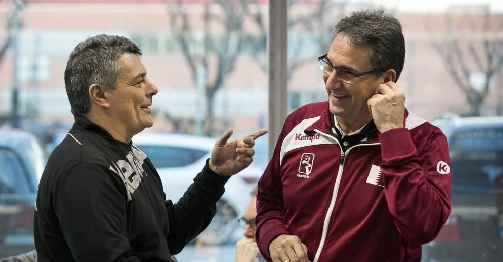 Xavi Pascual y Valero Rivera charlan antes del partido amistoso entre las selecciones de Rumania y Qatar en Sant Joan Despí.