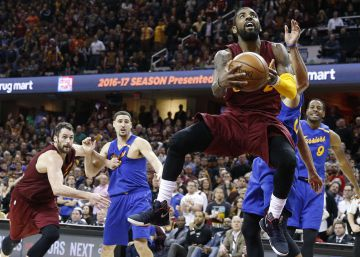 Irving y LeBron eclipsan a los Warriors en el súper duelo