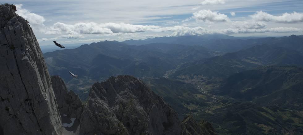 Armando Del Rey y Darío Barrío saltan desde la cima del Pico San Carlos (Picos de Europa).