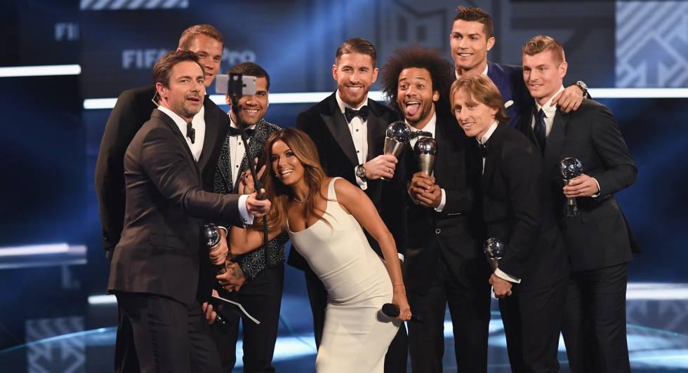 El selfie (sin los jugadores del Barça, ausentes) con los elegidos para el mejor once de 2016.