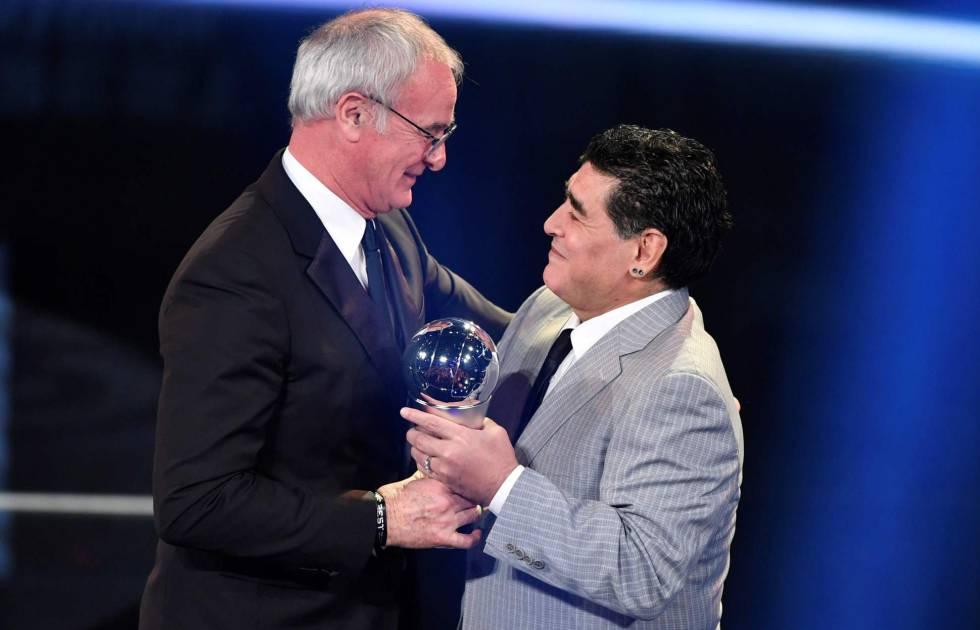 Maradona entrega el premio de mejor entrenador a Claudio Ranieri.
