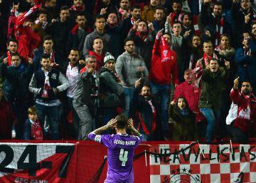 Sergio Ramos se encara con una grada del Pizjuán tras marcar