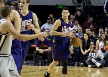 El niño Booker lleva a los Suns a la victoria frente a San Antonio (108-105)