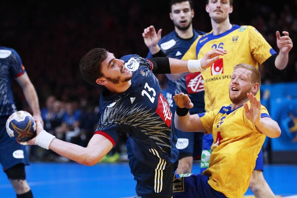 Fabregas, con el balón, en el partido de cuartos contra Suecia.
