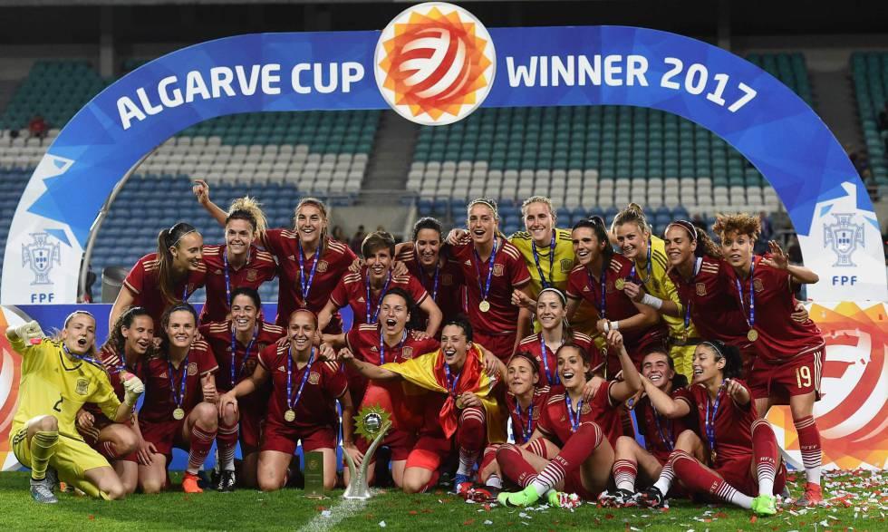 Las jugadoras españolas con la Copa Algarve.