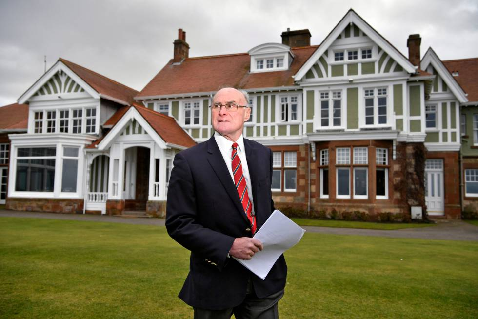 Henry Fairweather, diante da sede do clube Muirfield.